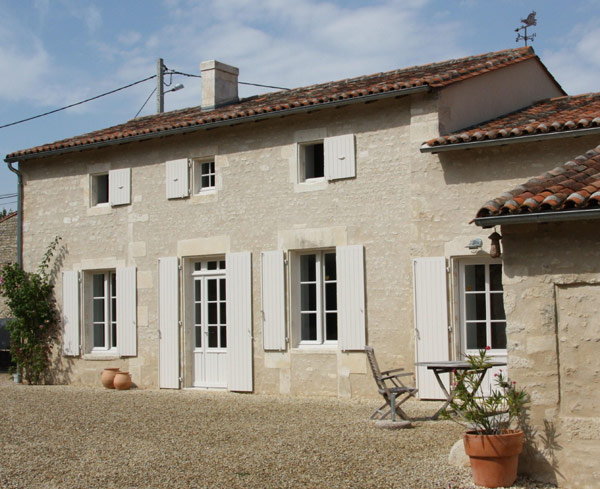 R novation d 39 une long re en charente vente long re for Renovation maison exterieur avant apres